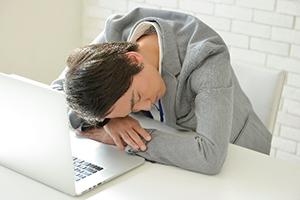 デスクで寝ている男性